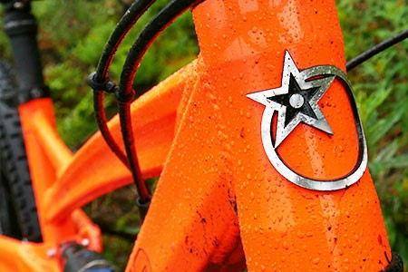 Close up frontal view of the frame on the Orange Five with the Orange logo on the front