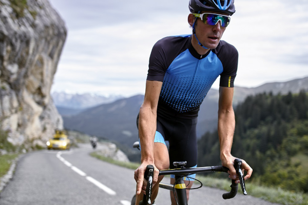 Road cyclist wearing slim fitting jersey e3428c9a5
