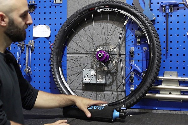 Inflating your bike tyre