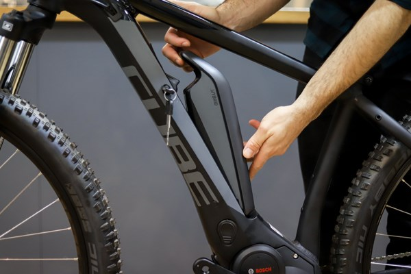 Installing a battery on the frame of an electric bike
