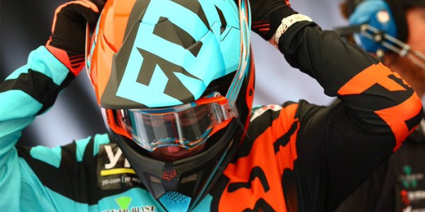 Some brands of helmet and google work together better than others. This rider pairs Oakley goggles with a Fox helmet.