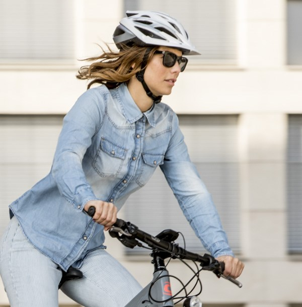 A women riding a Cannondale bike whilst wearing a helmet suitable for a urban setting