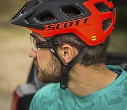 Cyclist wearing a Scott MTB helmet