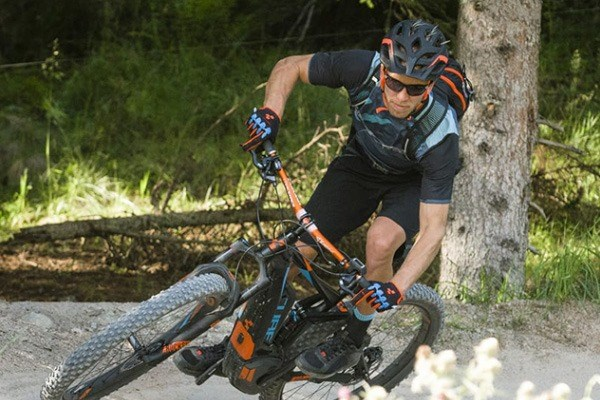 Mountain biker wearing a loose fit jersey for trail riding
