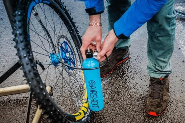 Using an Airshot tubeless inflator