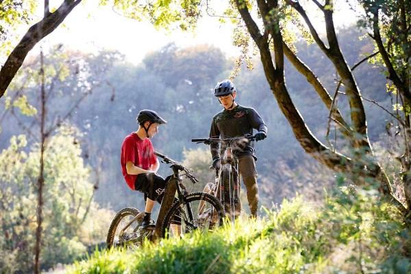 MTB rider using an electric mountain bike head unit